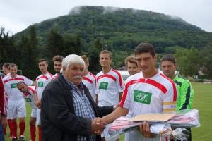 Hans-Georg Maier (links) ehrt Simon Killer (rechts) als WFV-Monatssieger Mai 2015